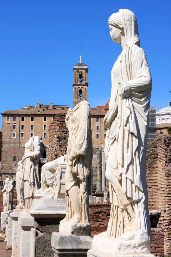 Vestaloskulderna i romerskt fora, Rome, Italien royaltyfri bild