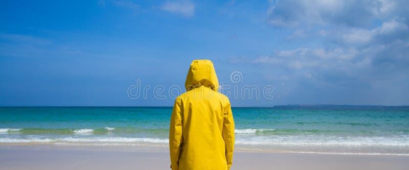 Veste à capuchon jaune colorée images stock