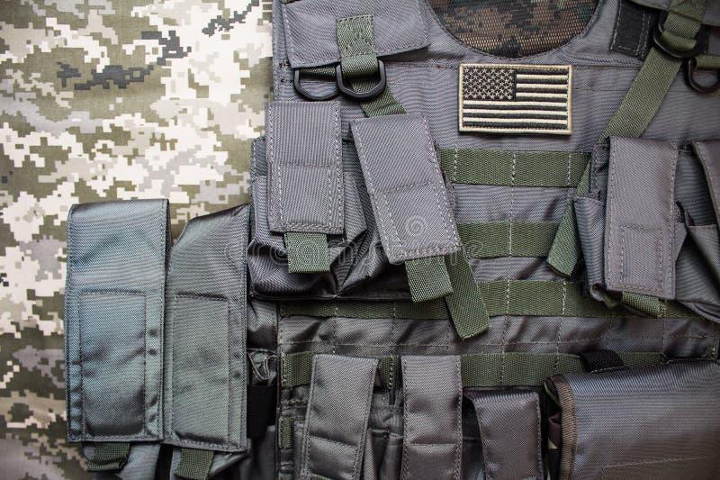 Veste à prova de balas militar com crachá da bandeira americana fotos de stock royalty free