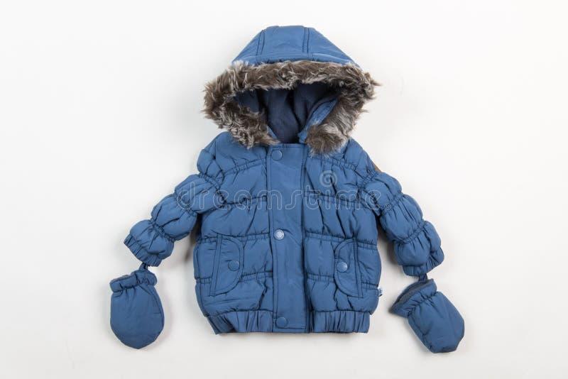 Veste bleue mignonne d'hiver du ` s d'enfants image stock