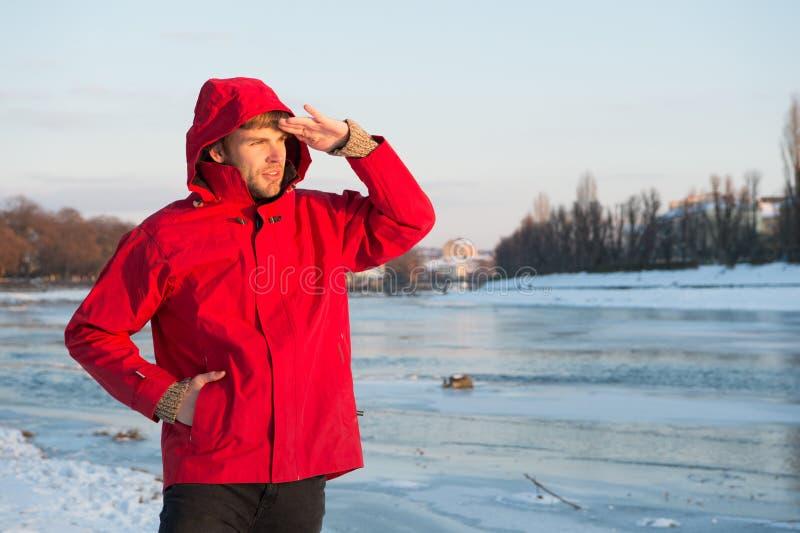 Veste d'usage de type avec le capot le jour givré d'hiver Fond neigeux de nature de veste chaude barbue de support d'homme Vent r photo libre de droits