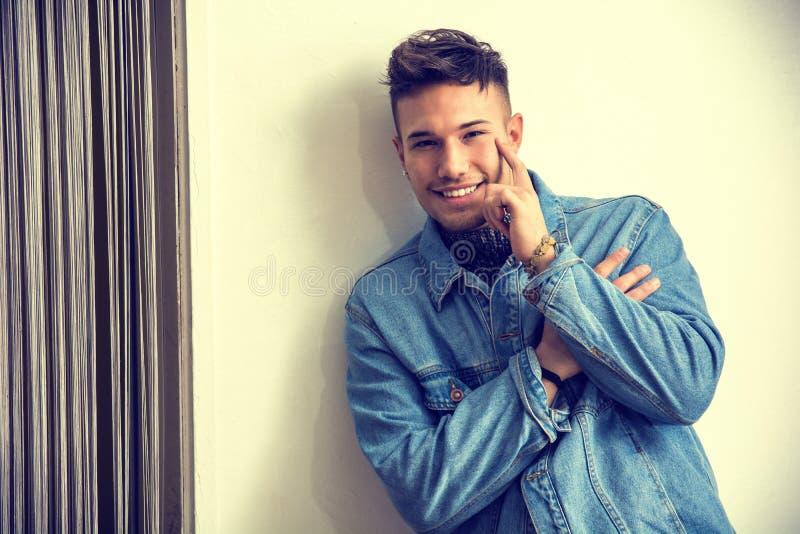 Veste de port de sourire de denim de jeune homme blanc asiatique photographie stock
