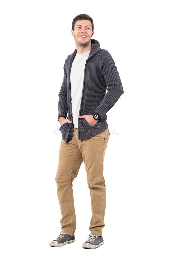 Veste de port de sourire heureuse de chandail d'homme occasionnel avec des mains dans des poches regardant en arrière photos stock