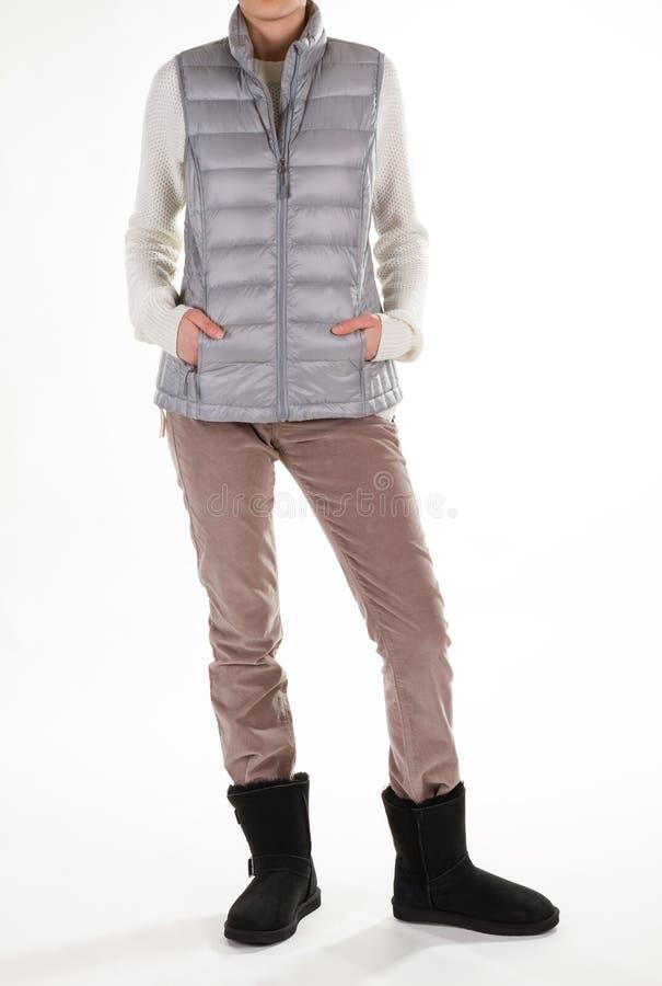 Veste de prata, calças bege e botas pretas fotos de stock