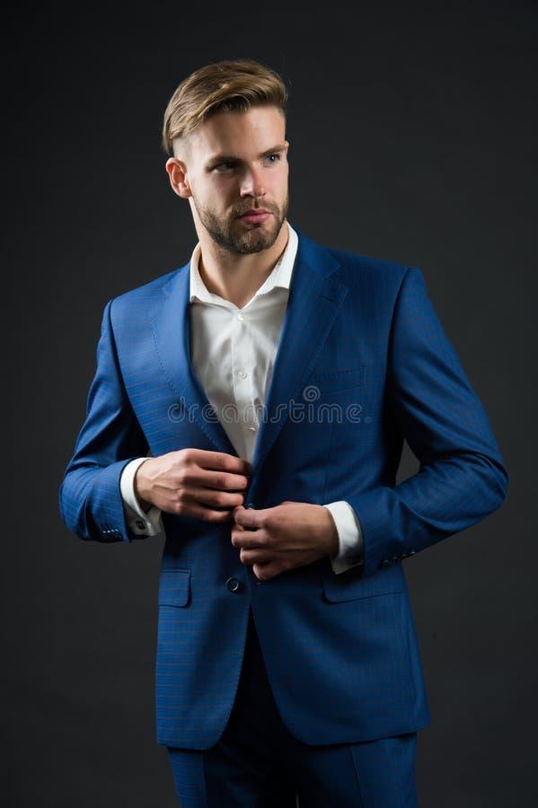 Veste formelle de bouton d'homme Perfectionnez au dernier détail Homme d'affaires bel Confiance et succès Regard masculin de mode images stock