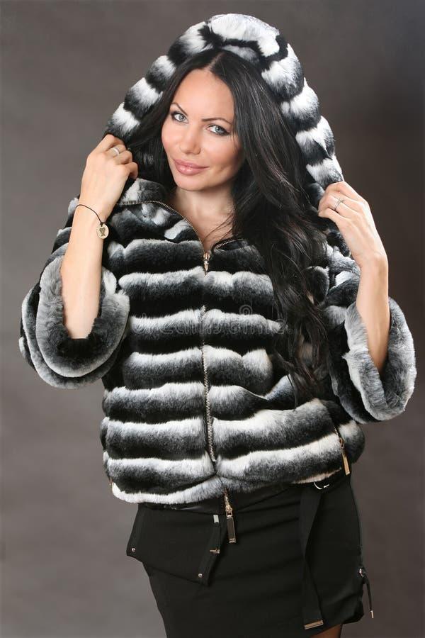 Veste, manteau de fourrure - la publicité de l'habillement des femmes supérieures photographie stock libre de droits