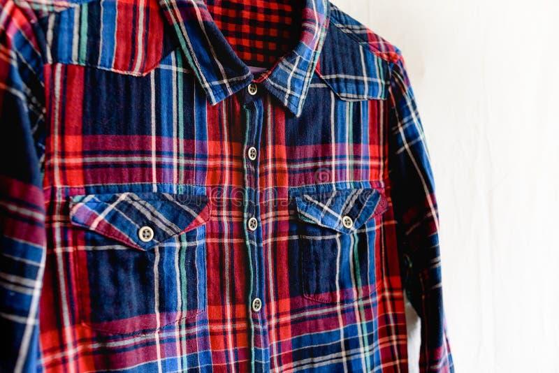Veste o conceito Detalhes de camisa quadriculado no fundo branco fotos de stock royalty free