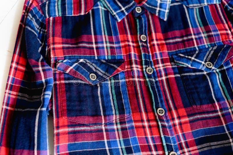 Veste o conceito Detalhes de camisa quadriculado no fundo de madeira Vista superior detalhes fotografia de stock