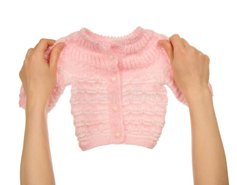 Veste tricotée dans les mains femelles image libre de droits