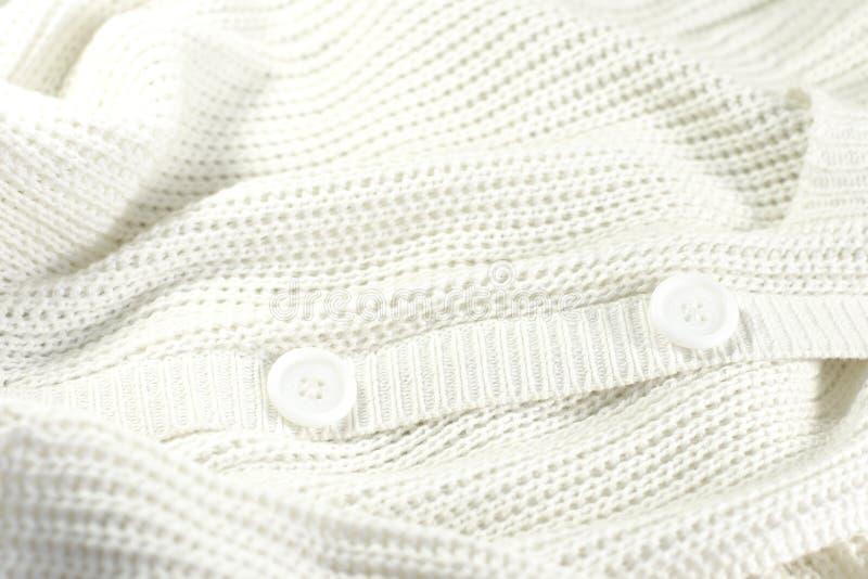 Veste tricotée par blanc avec des boutons images libres de droits