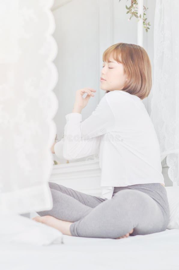 Veste um vestido branco para dormir foto de stock royalty free