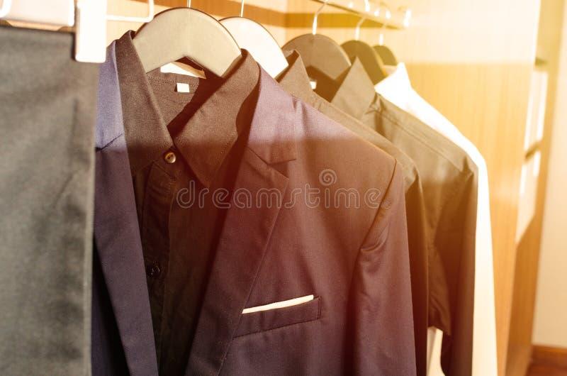 Vestes de costume du ` s d'hommes dans une salle d'habillement photo stock