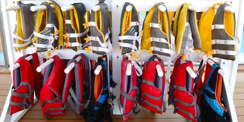 Vestes de sauvetage sur un bateau de croisière images libres de droits
