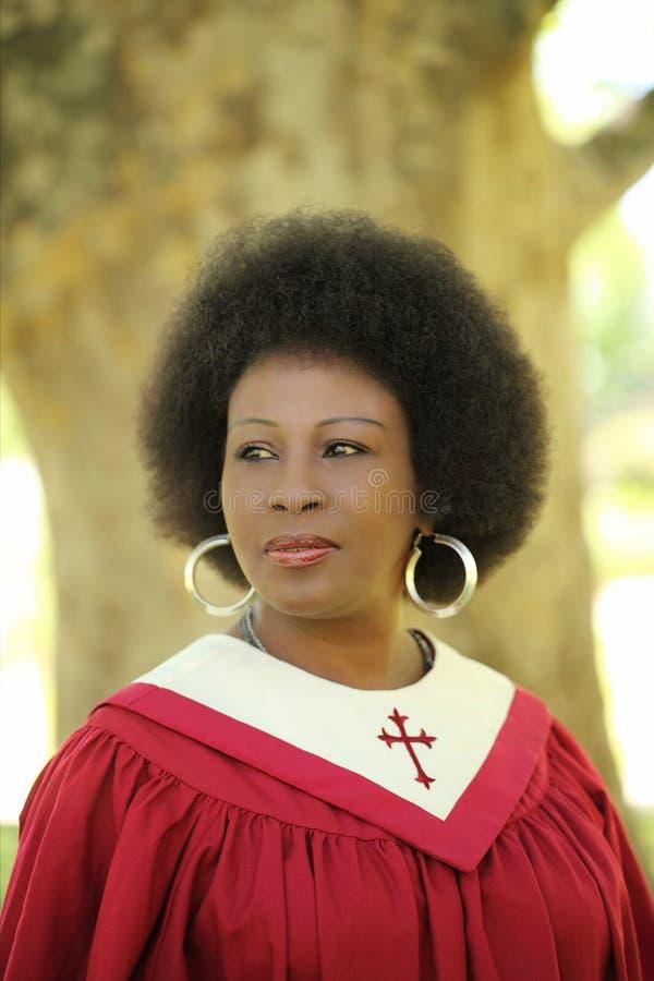 Vestes envelhecidas médias da igreja da mulher do americano africano fotografia de stock royalty free