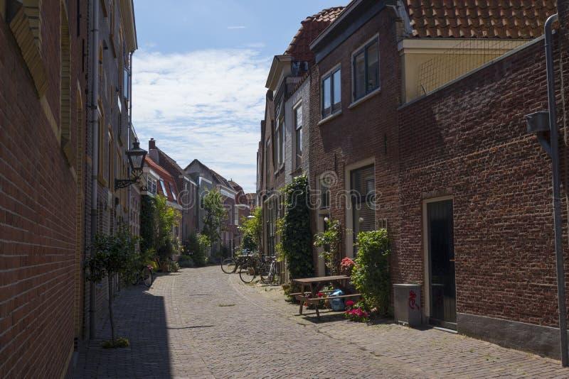 Vestestraat, mała aleja w dziejowym centre Leiden miasto fotografia stock