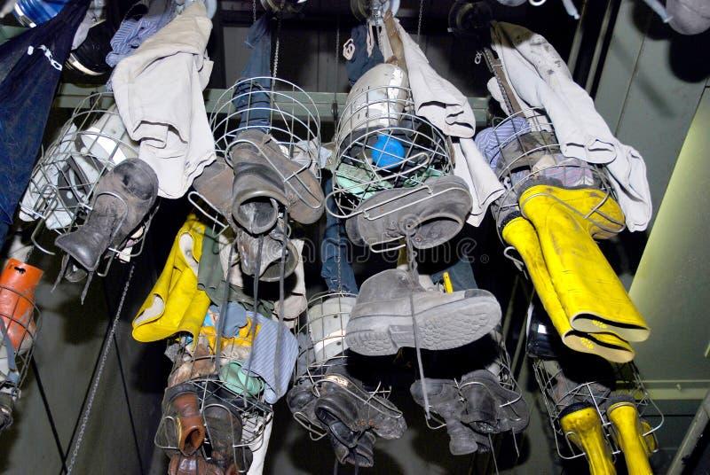 Vestiaire avec les vêtements sales dans des casiers métalliques photographie stock