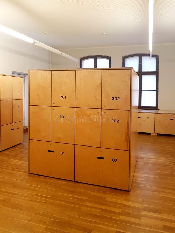 Vestiaire en bois dans le complexe de chambre photo libre de droits