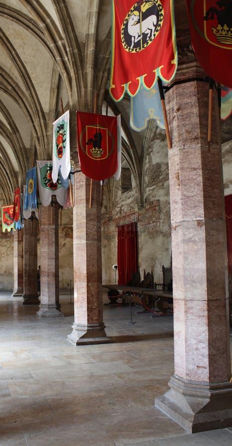 Vestibule avec des indicateurs dans un château médiéval photos libres de droits