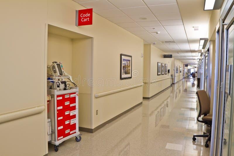 Vestibule d'hôpital de chariot de code de secours images libres de droits
