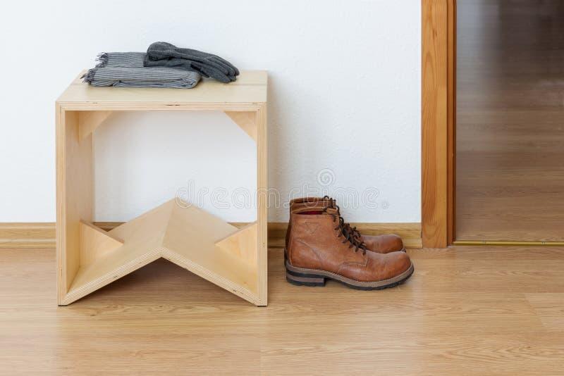 Vestibule vide avec le tabouret en bois et les bottes en cuir image libre de droits