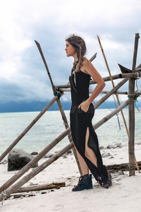 Vestido à moda novo bonito do preto do womanin sobre na praia imagem de stock royalty free