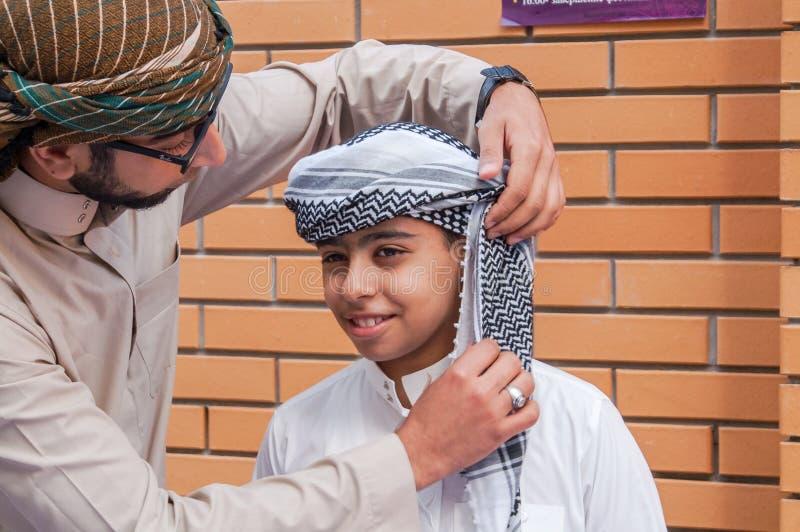 Vestido árabe del niño del tocado foto de archivo