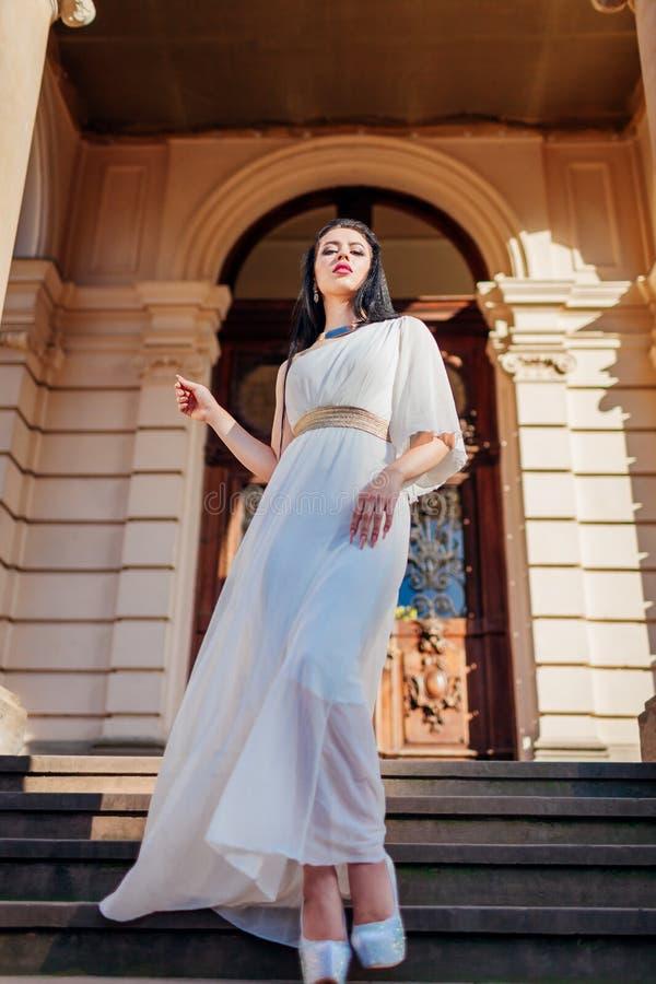 Vestido, accesorios y joyería blancos de boda de la mujer que llevan hermosa en fondo antiguo de la arquitectura al aire libre fotos de archivo libres de regalías