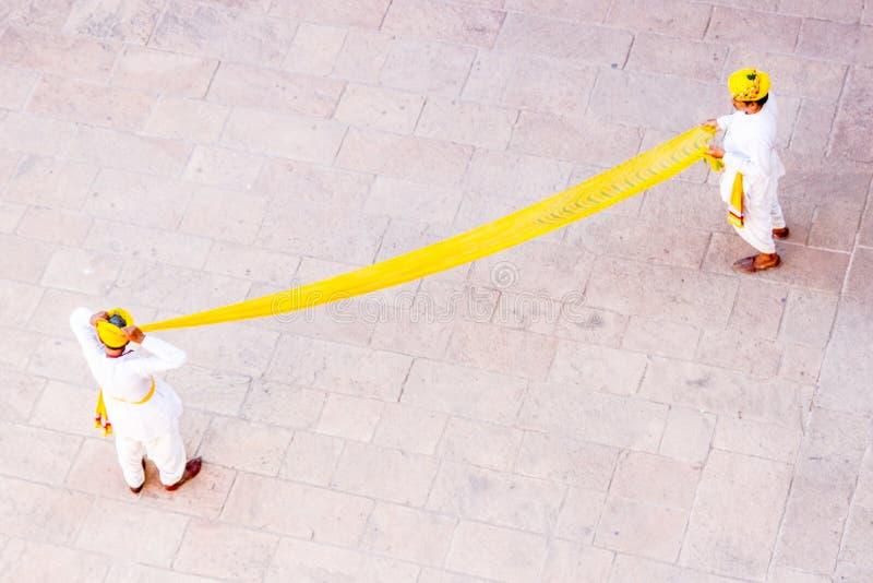 Vestido amarillo de los turbantes foto de archivo libre de regalías