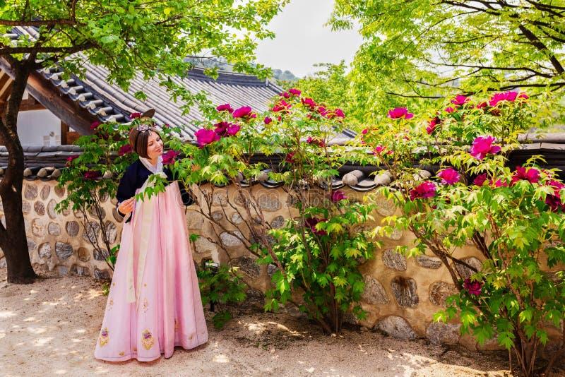 Vestido asiático Corea de Hanbok de la muchacha de la mujer hermosa Mujer en vestido tradicional coreano Vestido sonriente de la  foto de archivo libre de regalías