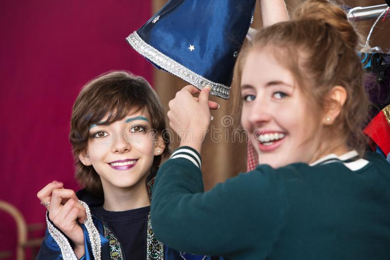 Vestido assistente do estudante das ajudas do teatro como o feiticeiro fotografia de stock