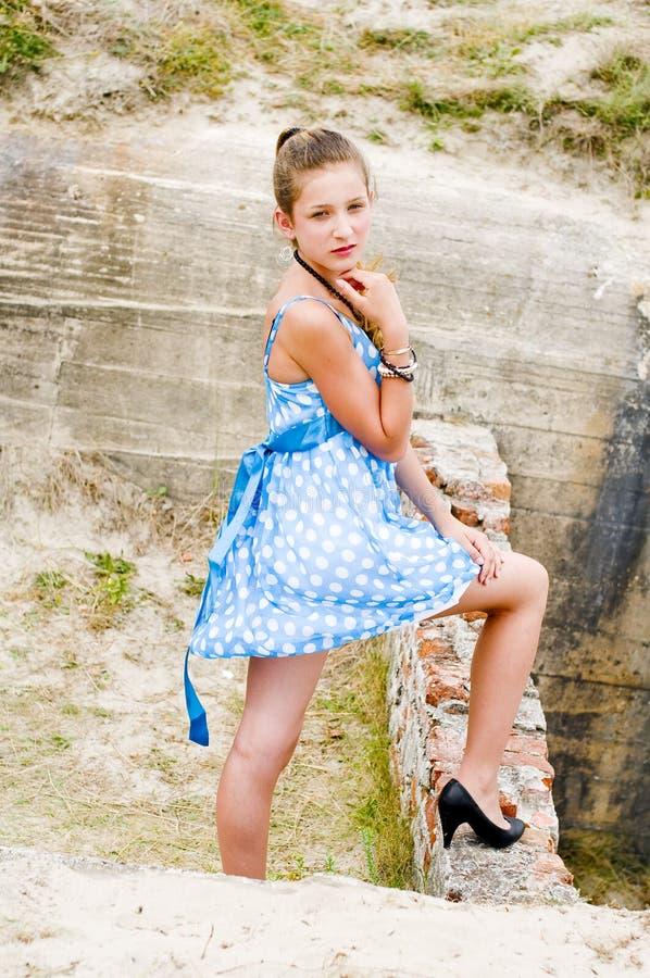 Vestido azul da polca da posição do urbex da menina da forma foto de stock