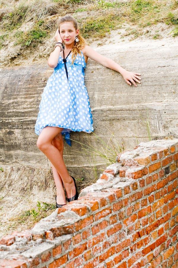 Vestido azul da polca da posição do urbex da menina da forma imagens de stock