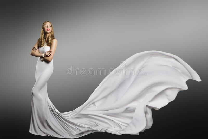 Vestido blanco de la mujer, modelo de moda en vestido atractivo de seda que agita largo fotografía de archivo