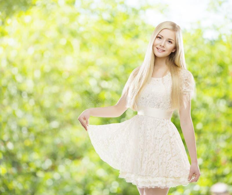 Vestido blanco del cordón del verano de la mujer, modelo de moda Girl sobre verde imagenes de archivo
