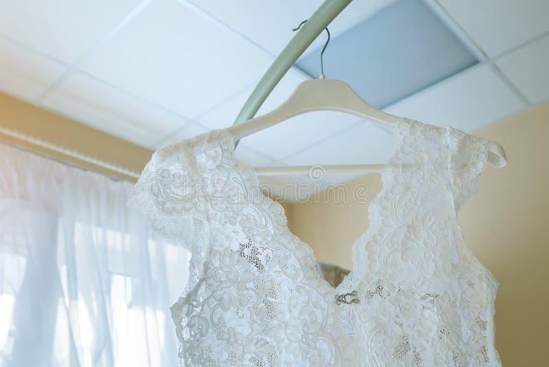 Vestido blanco del cordón del gabinete de señora en la suspensión fotografía de archivo