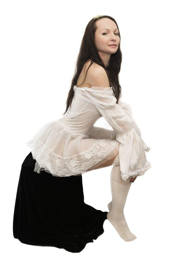 Vestido blanco del tiro de la mujer que lleva joven imagen de archivo
