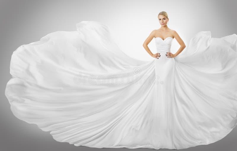 Vestido blanco del vuelo de la mujer, modelo de moda elegante Posing en vestido imágenes de archivo libres de regalías
