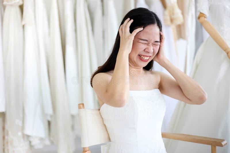 Vestido blanco que lleva de grito enojado y agresivo hermoso de la novia, gritando y llorando en alguien fotografía de archivo