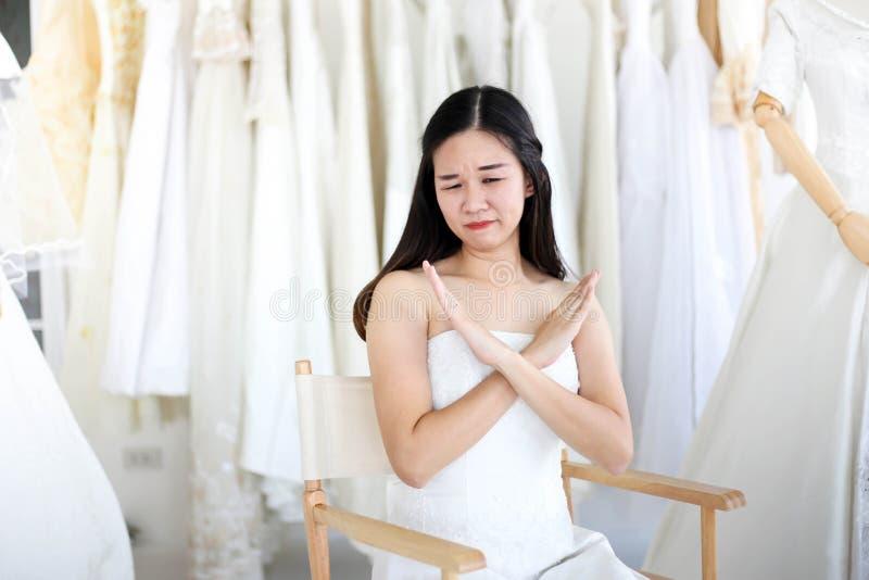 Vestido blanco que lleva de grito enojado y agresivo hermoso de la novia, gritando y llorando en alguien fotos de archivo
