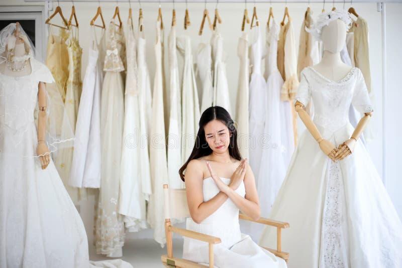 Vestido blanco que lleva de grito enojado y agresivo hermoso de la novia, gritando y llorando en alguien foto de archivo libre de regalías