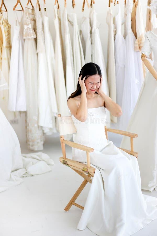 Vestido blanco que lleva de grito enojado y agresivo hermoso de la novia, gritando y llorando en alguien imagen de archivo