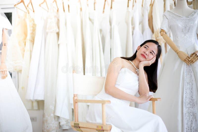 Vestido blanco que lleva de grito enojado y agresivo hermoso de la novia, gritando y llorando en alguien imágenes de archivo libres de regalías