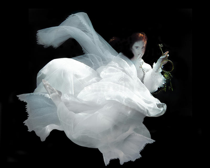 Vestido blanco que lleva subacuático de la mujer imagen de archivo