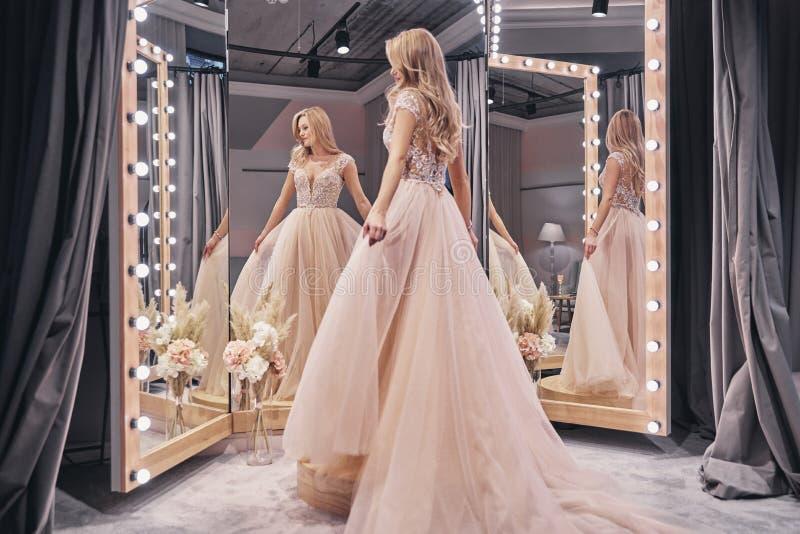 Vestido bonito Comprimento completo de vestir atrativo da jovem mulher imagem de stock royalty free