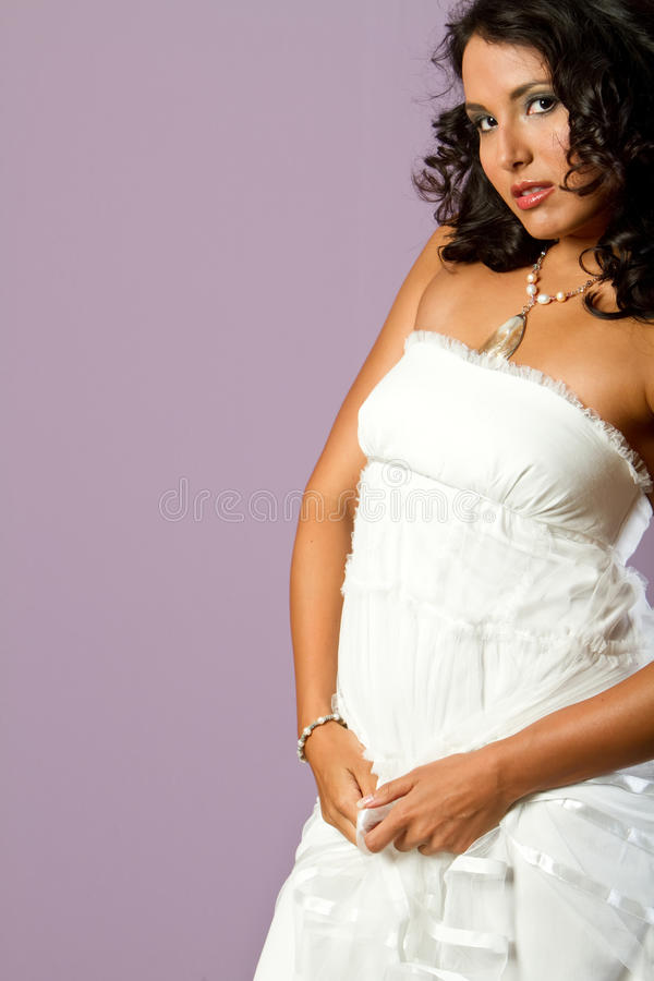 Vestido branco desgastando da menina étnica nova bonita imagens de stock royalty free