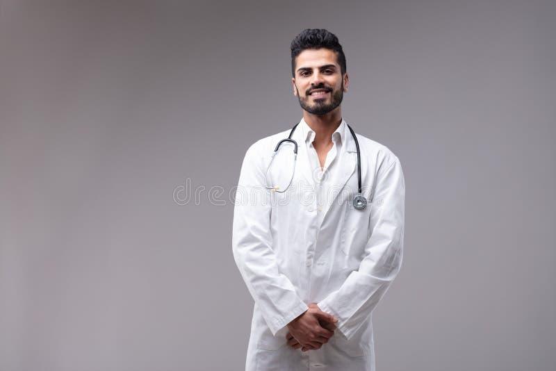 Vestido branco vestindo de sorriso novo do doutor fotos de stock royalty free