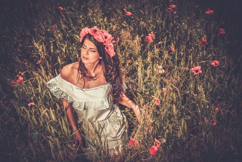 Vestido branco vestindo do verão da menina na papoila arquivada fotos de stock royalty free