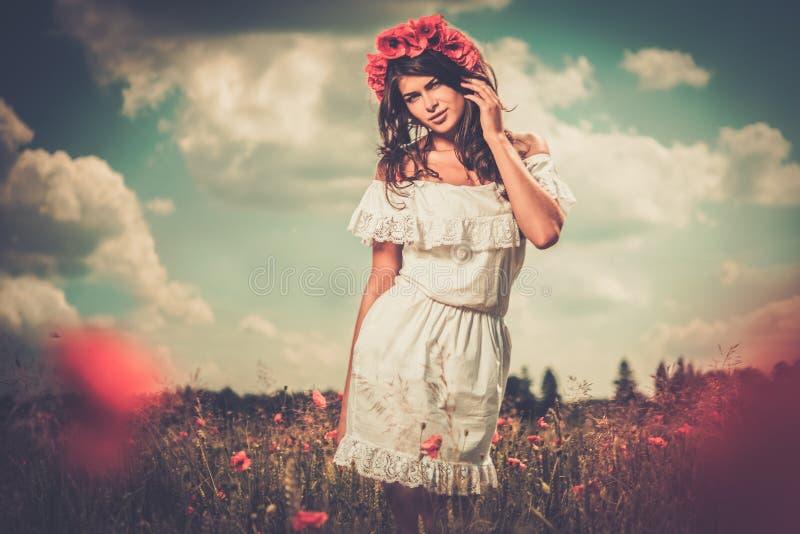 Vestido branco vestindo do verão da menina na papoila arquivada imagens de stock