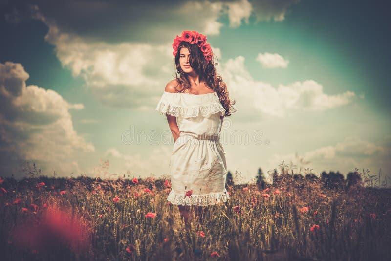 Vestido branco vestindo do verão da menina na papoila arquivada fotografia de stock