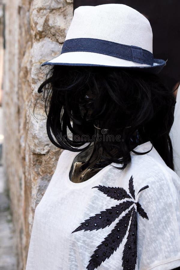 Vestido branco vestindo e chapéu do manequim preto imagens de stock